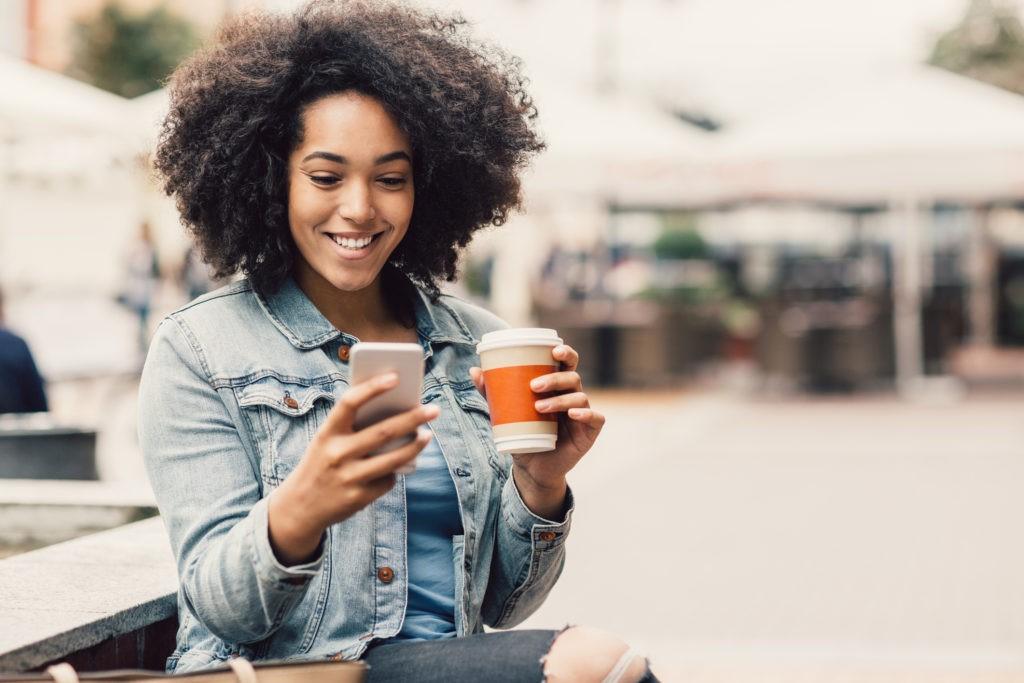 girl coffee phone 1 - Fale conosco