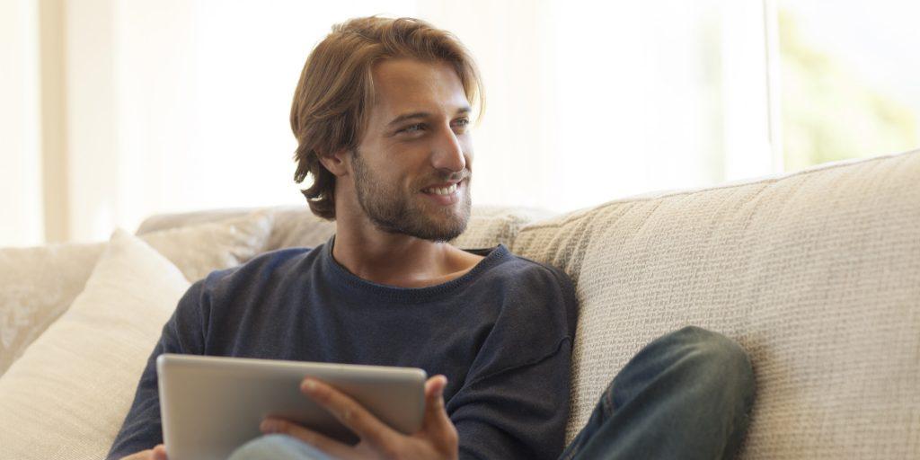 o MAN ON COMPUTER HOME SMILING facebookz 1024x512 - Clube de vantagens